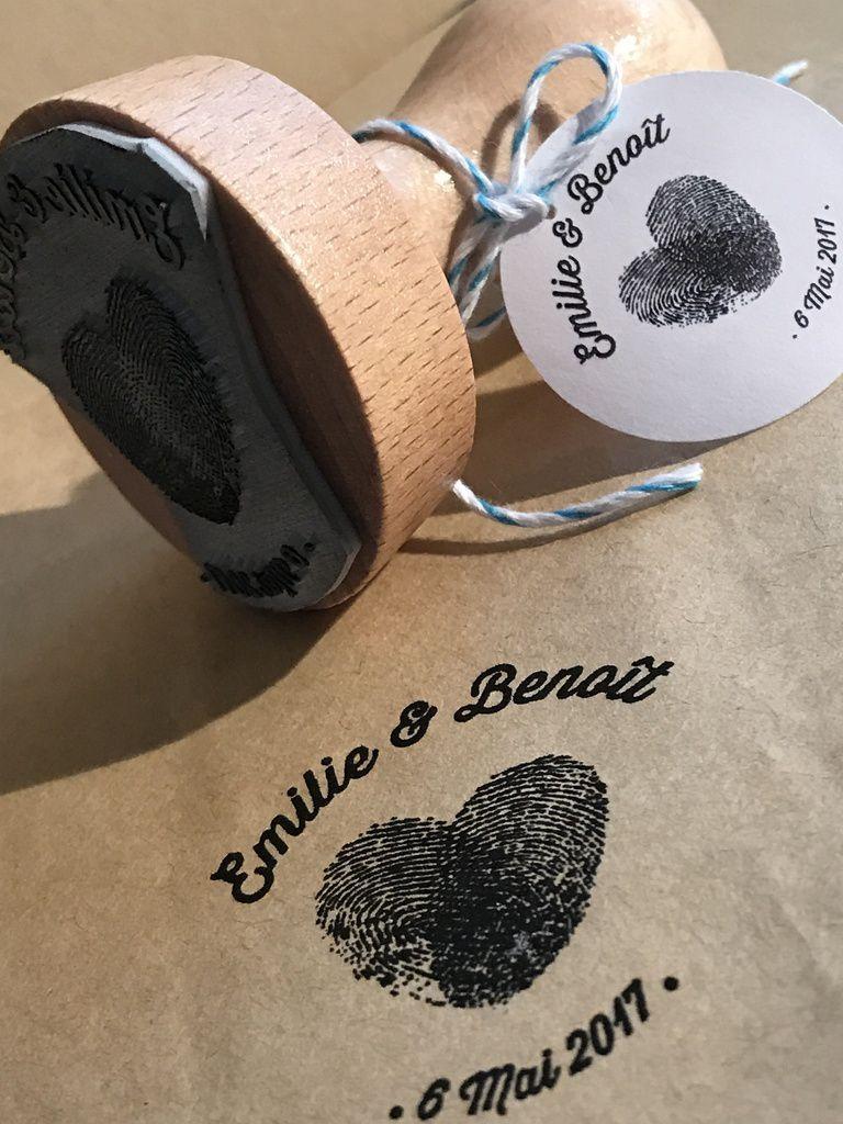 tampon sur mesure et personnalisé, empreintes de doigts, prénoms des mariés et date mariage, 4,5cm, montage support bois, encre non fournie