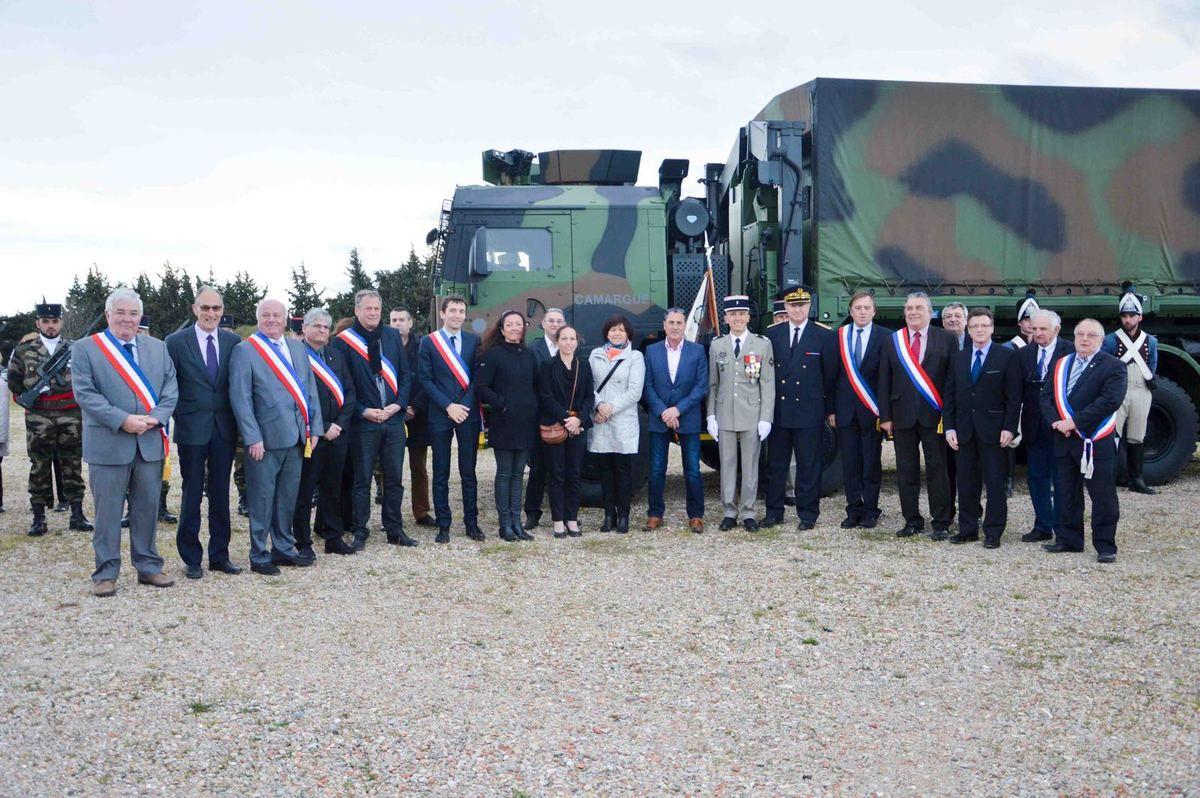Les autorités civiles devant le véhicule PPLOG (porteur polyvalent logistique) baptisé «Camargue».