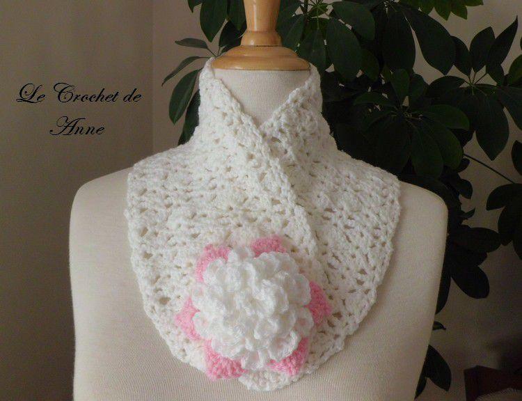 Tour de cou blanc / rose , orné d'une fleur broche