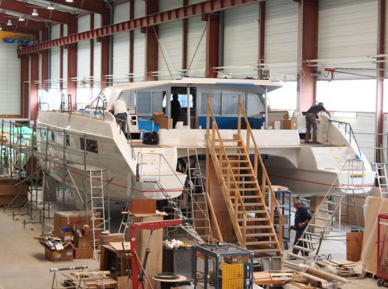 Différentes étapes de la construction d'un voilier catamaran au chantier Nautitech (17)