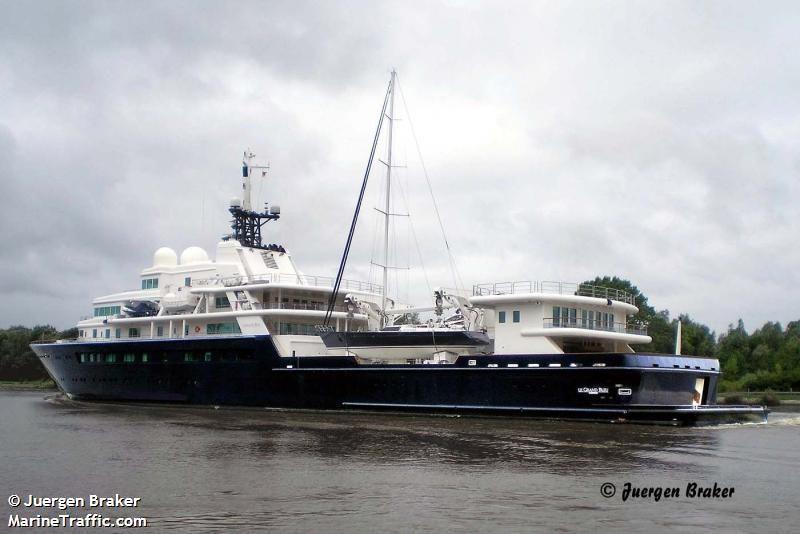 Un voilier comme jouet nautique, pour le super-yacht le Grand Bleu