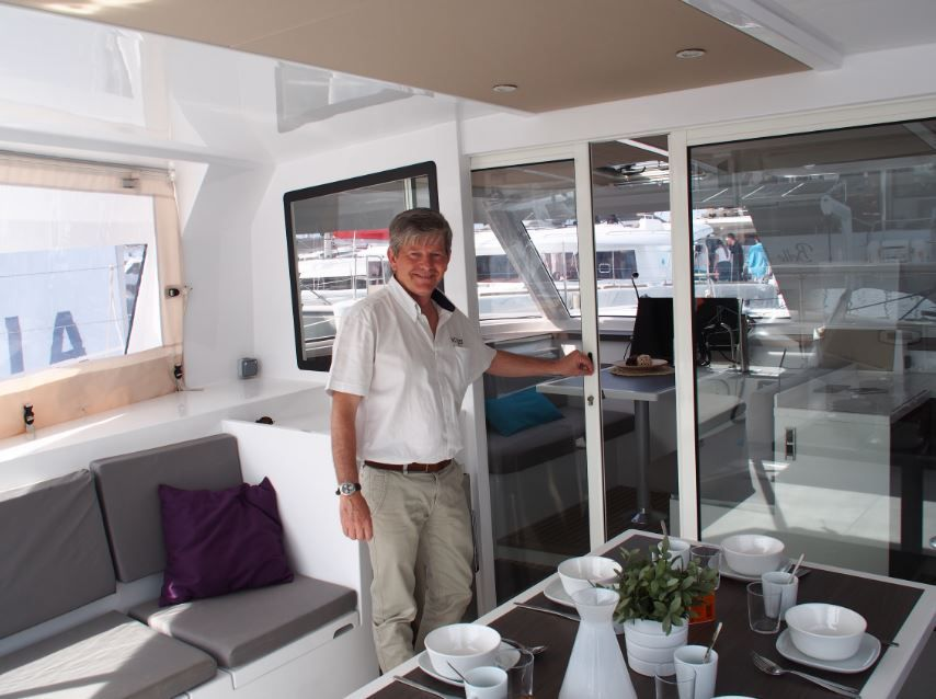 Bruno Voisard, dans le cockpit d'un Bavara Nautitech Open 40, le best-seller du chantier, qui se distingue par un open space particulièrement convivial...