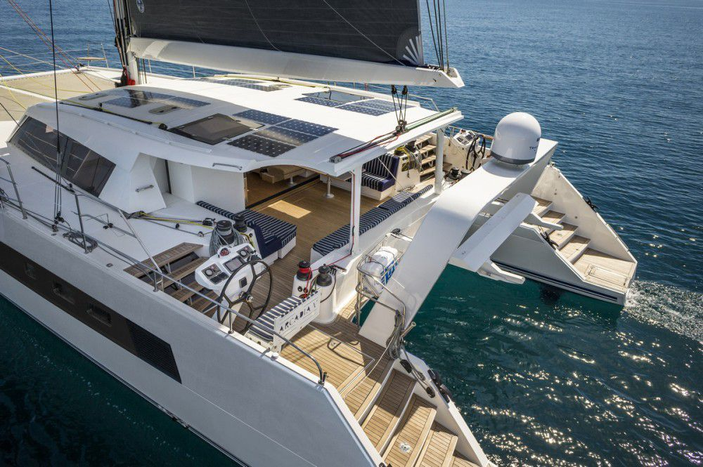 Avec le catana 70 catana repense le voilier de grand for Yacht de luxe interieur