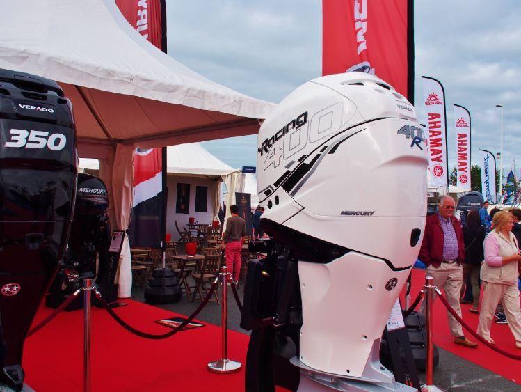 Max Métadier, de Mercury Marine France, aux côtés du nouveau Mercury Racing 400cv Verado, au Grand Pavois