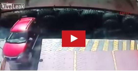 video une voiture tombe l 39 eau au d part d 39 un ferry. Black Bedroom Furniture Sets. Home Design Ideas