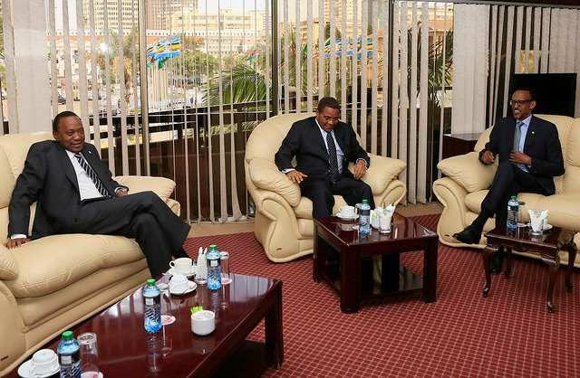 Perezida Uhuru Kenyata (Kenya), Jakaya Kikwete (Tanzaniya) na Paul Kagame (Rwanda) mu nama ya EAC muri Kenya