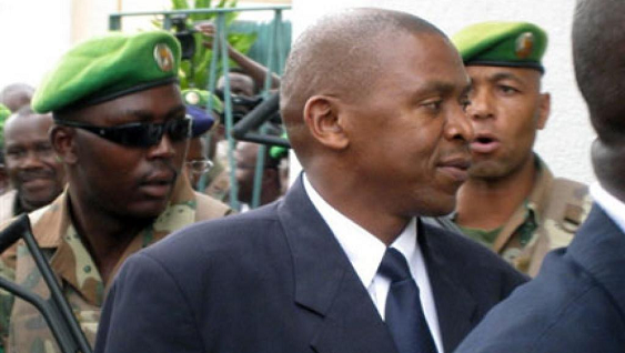 Agathon Rwasa wambaye ikote ry'ubururu