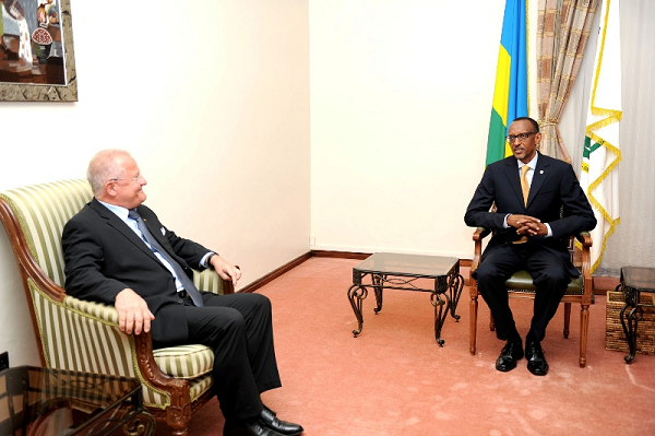 Ambasaderi Peter Farenholtz  abonana na Paul Kagame