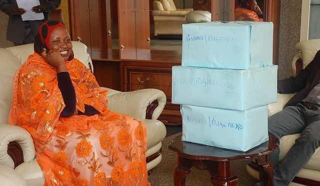 ibikarito by'amabaruwa yandikiwe Kagame byuzuyemo urwenya gusa!