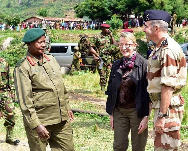Taliki ya 17/06/2015 Perezida Museveni ari kumwe na Madame Sophie Makame na Gén.Philippe Montocchio, batangiza imyitozo ya gisilikare y'ingabo za Uganda n'abafaransa mu misozi ya Rwenzori.