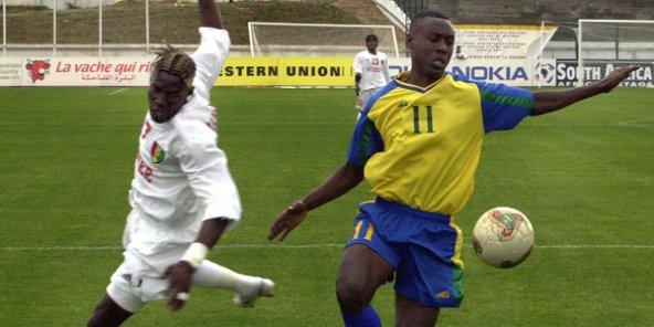 Le joueur rwandais Olivier Karekezi au stade en Tnisie en 2004