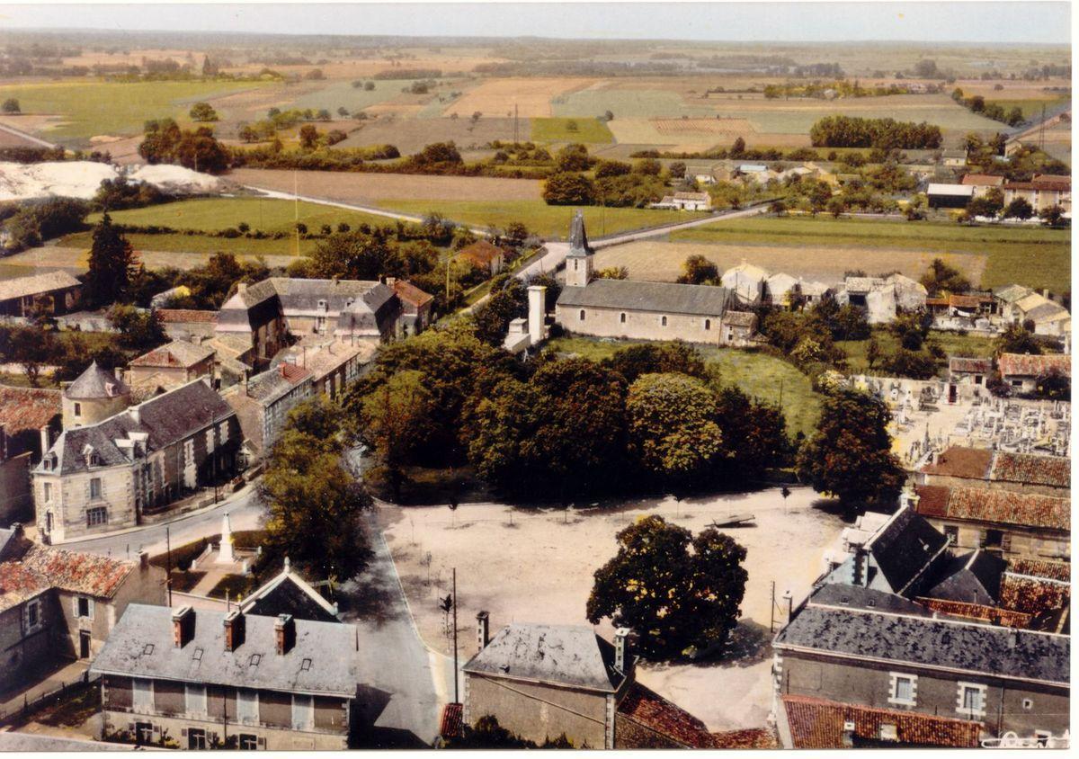 Vue panoramique du manoir et du pigeonnier du bourg de Lavoux (partie médiane gauche de la photo)
