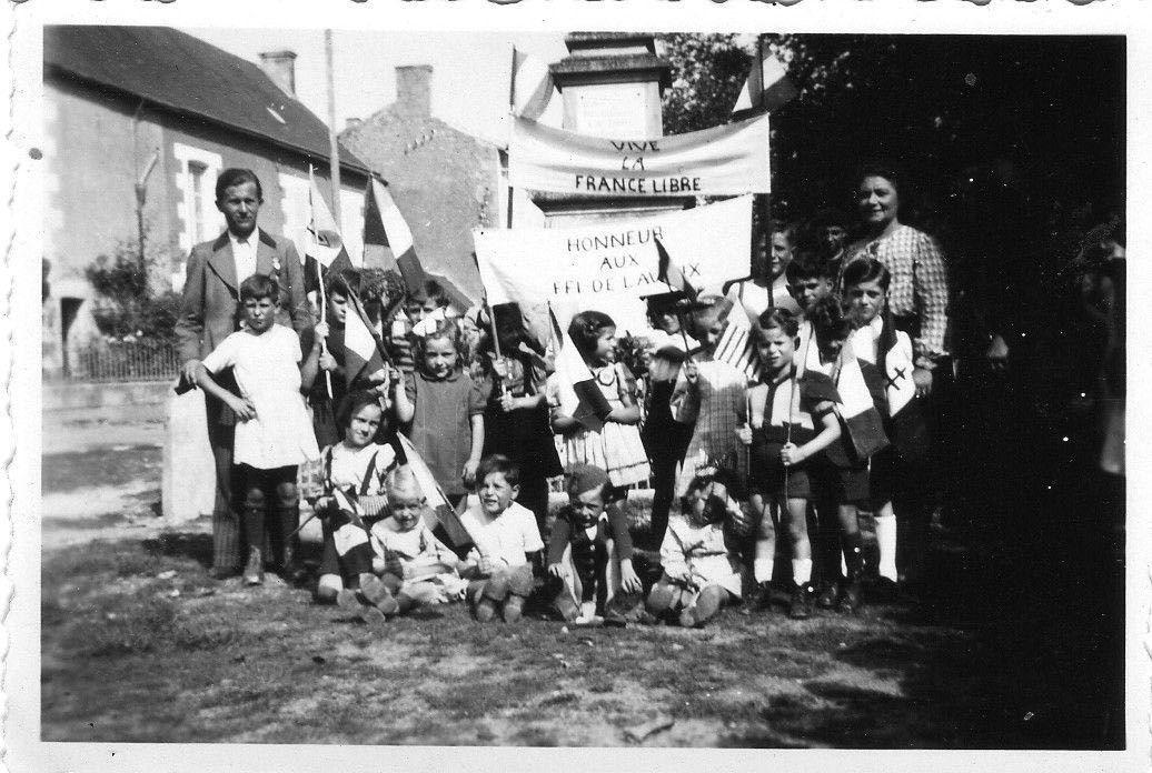 Les élèves de Lavoux avec leurs instituteurs honorent la libération