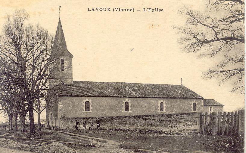 L'église de Lavoux et son banc adossé à la façade