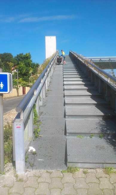 Rampe pour accéder à la passerelle de Corbeil. En haut c'est Henriette qui pousse son vélo....
