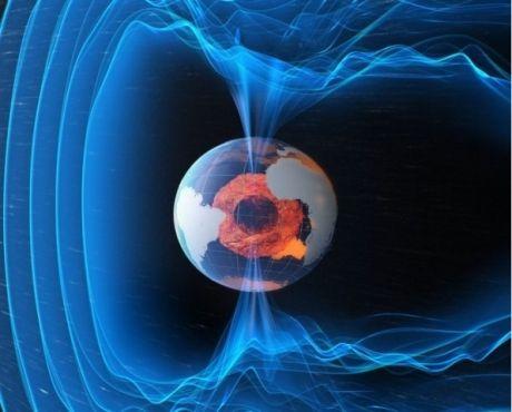 Depuis le début du 20e siècle, les scientifiques savent que les pôles magnétiques de la Terre se déplacent en permanence. A l'heure actuelle, le pôle Nord magnétique est en train de se diriger vers la Sibérie. Crédits : ESA