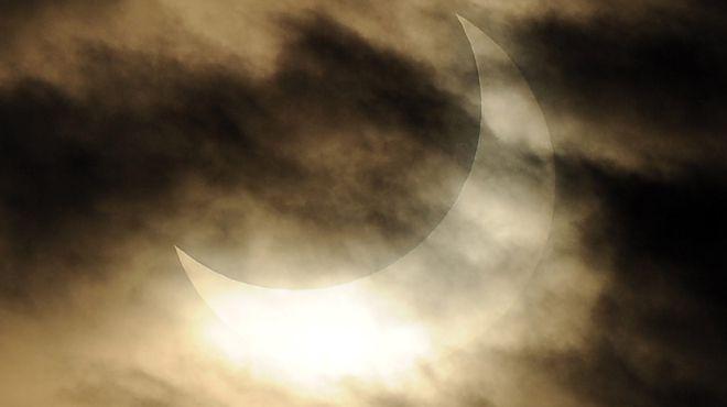 L'éclipse partielle du soleil du 20 mars menace tout le système électrique européen!
