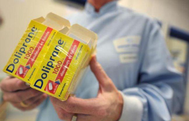 Une personne pose avec des boîtes de Doliprane sur le site du groupe Sanofi-Aventis à Lisieux, le 28 octobre 2009 - Mychele Daniau AFP