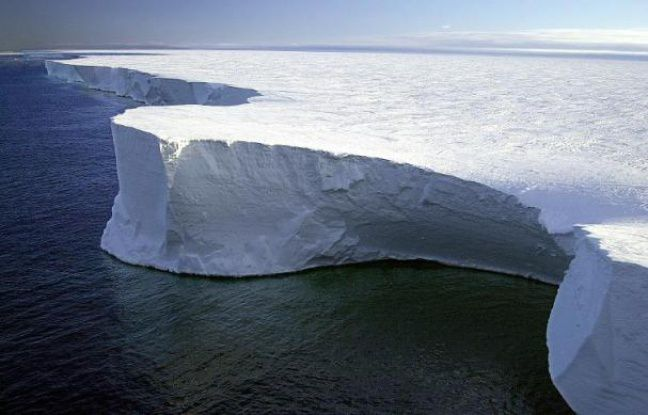 Une photo non datée du plus grand iceberg jamais enregistré, le B-15, détaché de la barrière de Ross en Antarctique en 2001 Scientists warned, 16 December 2004, its bulk has disrupted air and water currents that normally break up pack ice in McMurdo Sound, the main maritime access route to three Antartic bases, and may lead to the death of tens of thousands of penguins unable to reach open water for feeding. AFP PHOTO/NSF/Josh LANDIS - Josh Landis NATIONAL SCIENCE FOUNDATION
