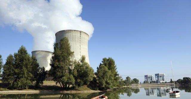 A droite, les anciens réacteurs – désormais à l'arrêt – où ont eu lieu les accidents de 1969 et 1980. - (Archives NR)