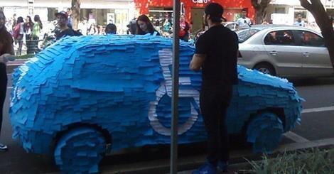 Il se gare sur une place handicapé et retrouve sa voiture couverte de post-it