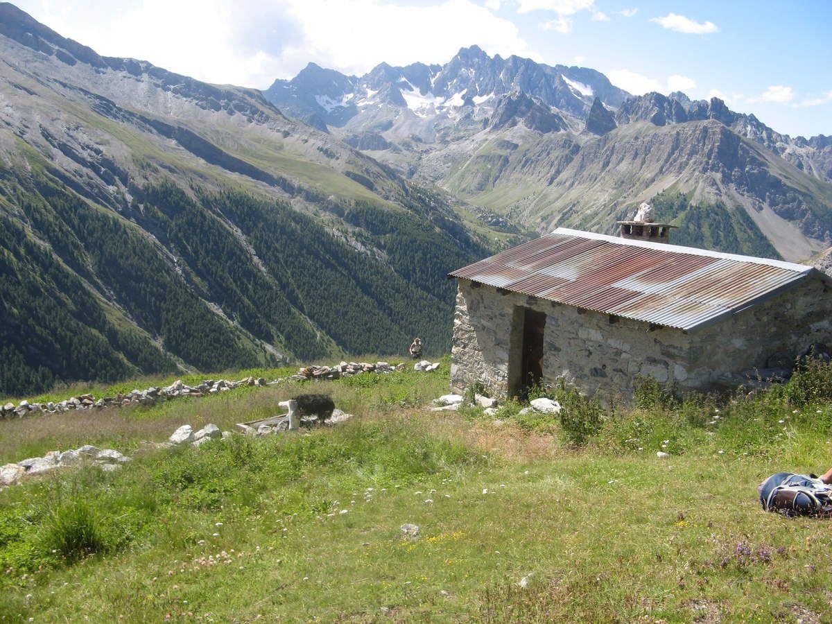 Cabane de Tiéoure, au fond l'aiguille du Chambeyron, glacier du Marinet