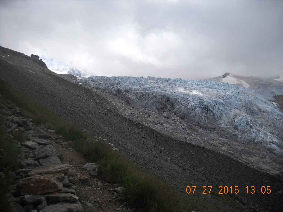 Le refuge est en vue (en haut à gauche), le glacier du tour.