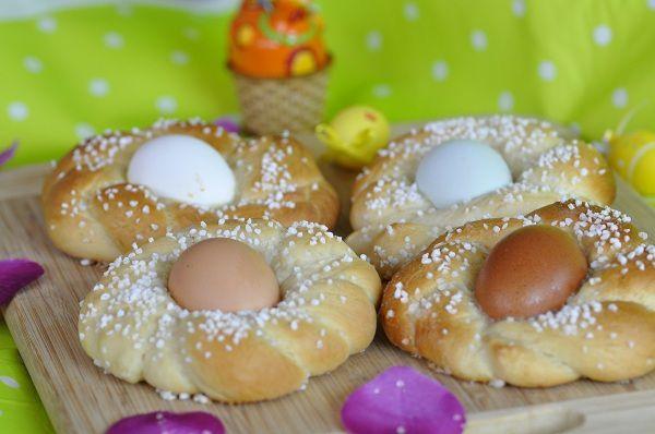 Brioches nids de Pâques aux oeufs colorés