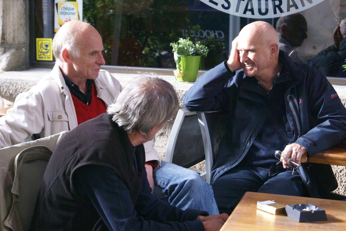 Etienne Tison (à gauche) avec Dan Ar Braz et Gabriel Yacoub (de dos). Quimper juillet 2012. Photo: Romain Personnat.