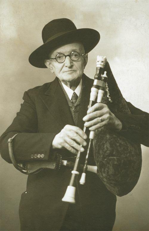 """Antoine Bouscatel (1867-1945), Auvergnat de Paris et """"roi des cabrettaires"""", qu'on peut entendre jouer une marche nuptiale sur le volume 7 de l'anthologie. (photo DR)"""