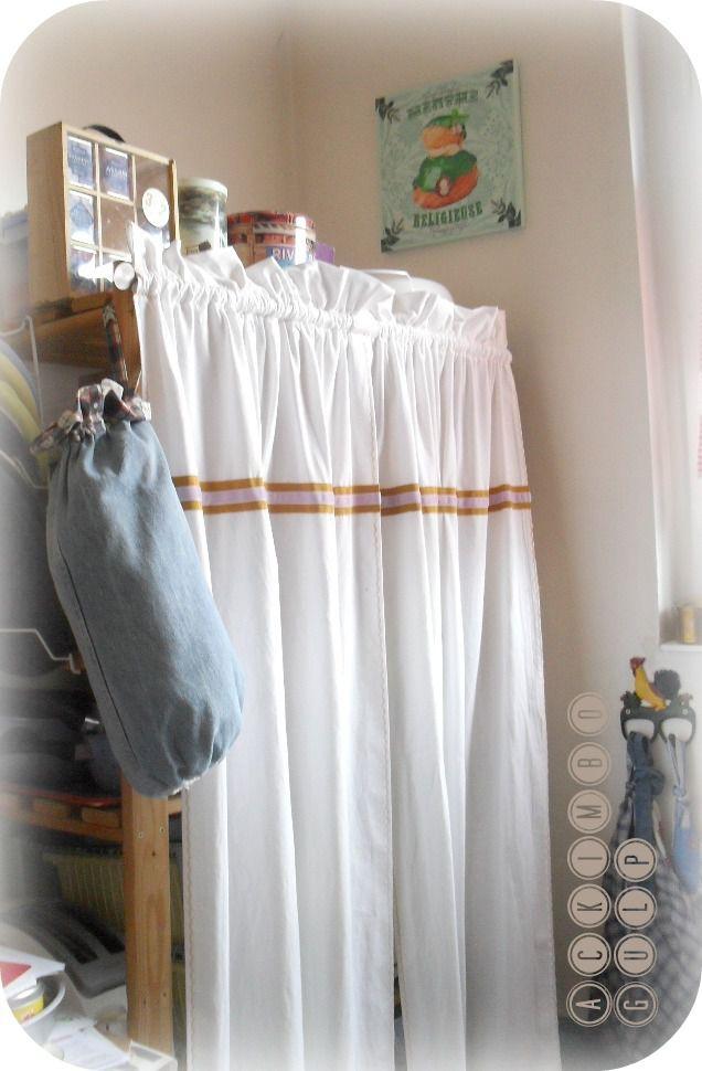 Rideau de cuisine improvisé dans un drap avec du gros-grain et du ruban.