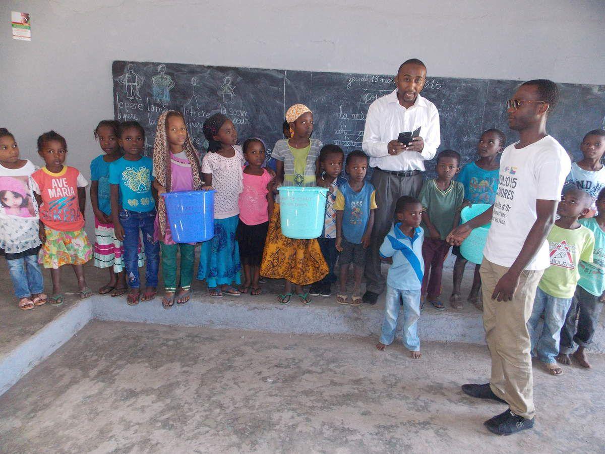 """Une opération terrain de l'ONG """"Ushababi Wa Meso"""", une sensibilisation à l'éducation écologique auprès de la jeunesse dans les écoles primaires - distribution de poubelles -**** L'ONG Jeunesse & Avenir a lancé une opération de sensibilisation écologique intitulé """" la classe n'est pas une poubelle"""". A cet effet, elle a procédé à la distribution de poubelle dans chaque classe de l'école de Chitsangani. L'objectif visé de cette opération est d'enseigner aux élèves que la classe n'est pas une poubelle mais aussi de leur faire comprendre qu'on ne peut pas jeter les ordures n'importe où."""