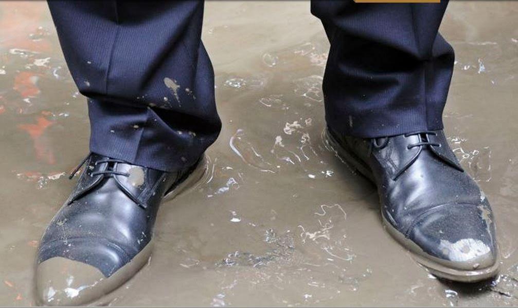 VIDEO: La pause pipi très remarquée de François Hollande