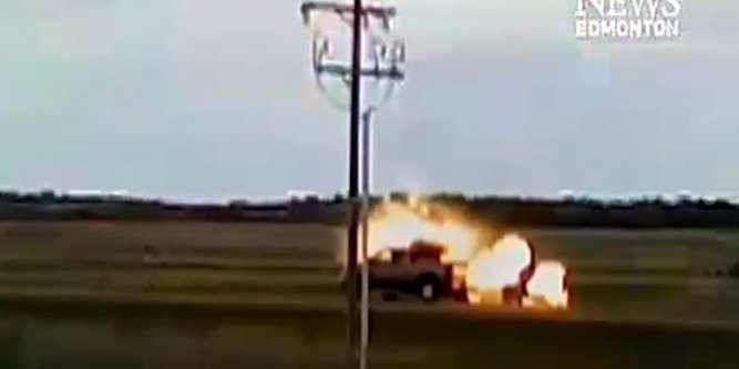 VIDEO: une voiture frappée par la foudre