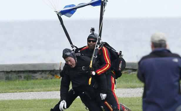 VIDEO: George Bush senior saute en parachute pour ses 90 ans