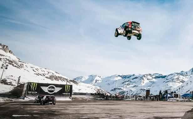 Étonnante vidéo du plus long saut en voiture du monde