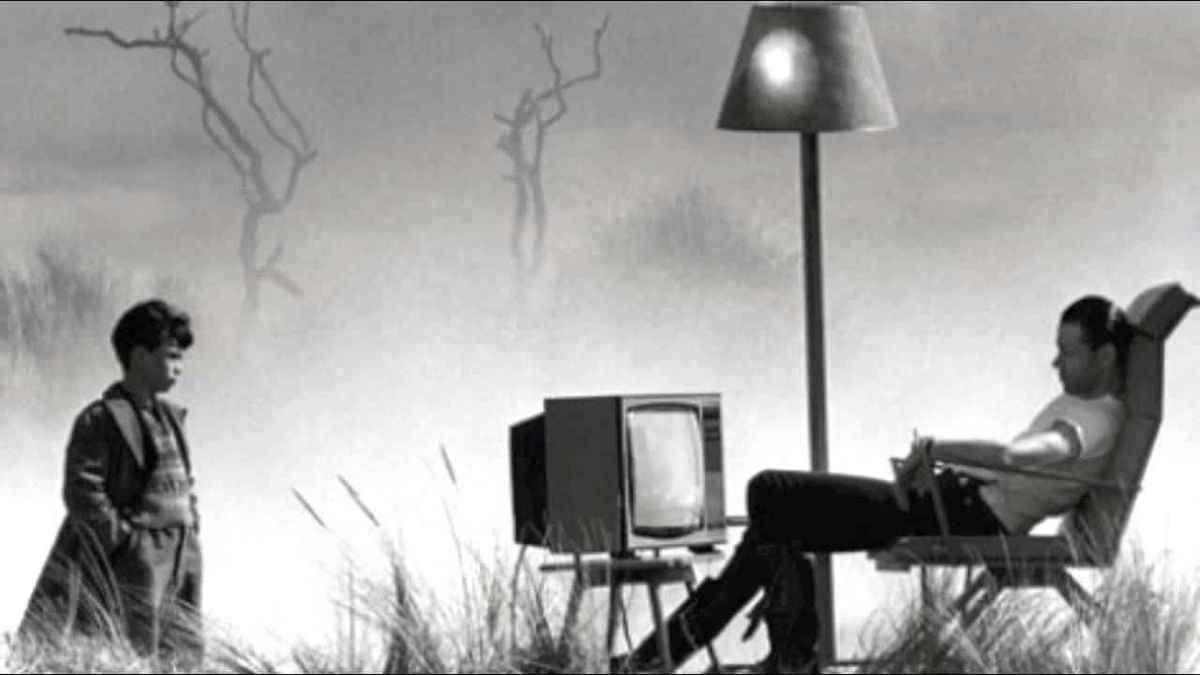Rester assis au bureau tue, mais pas autant que devant la télévision