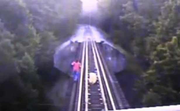 VIDEO: Deux femmes échappent de très peu à un train aux Etats-Unis