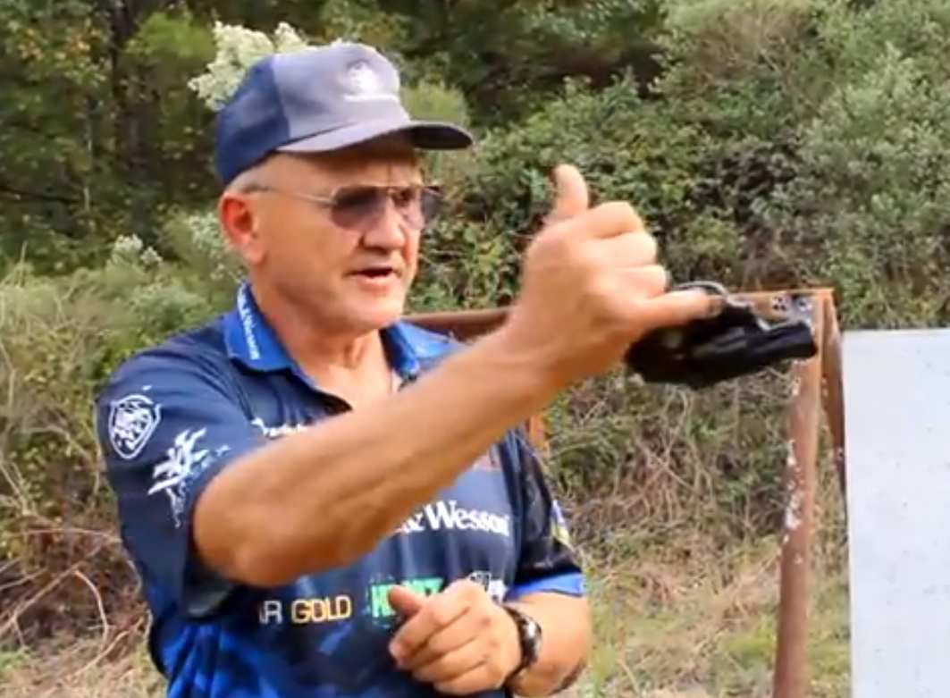 VIDEO: Jerry Miculek tire et réussit à éclater un ballon à un km de distance