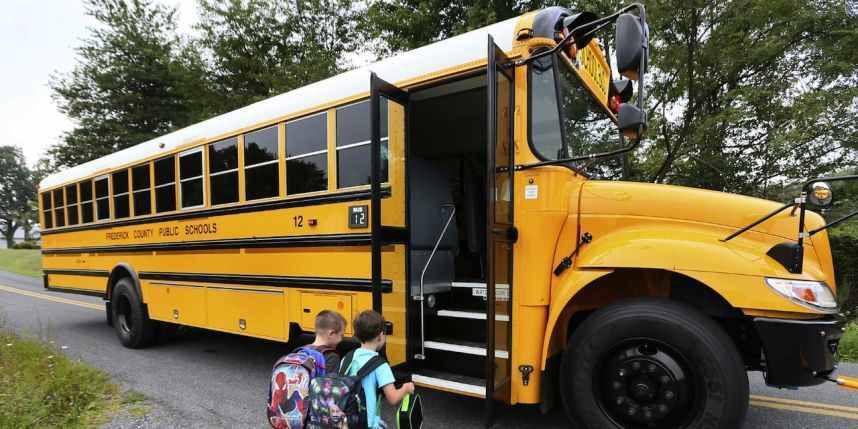 Etats-Unis: nue, elle percute un bus scolaire à bord de son semi-remorque