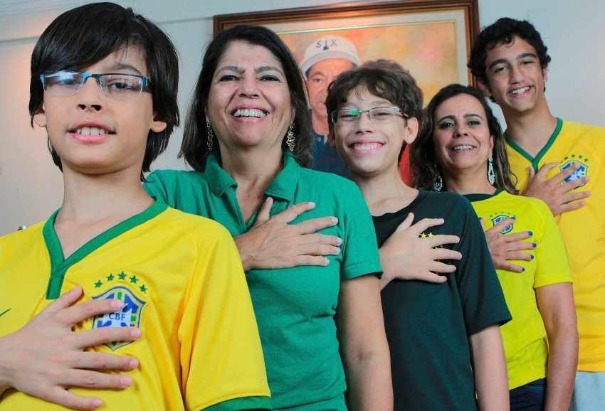 Les membres de la famille da Silva posent fièrement en montrant leurs mains composées de six doigts