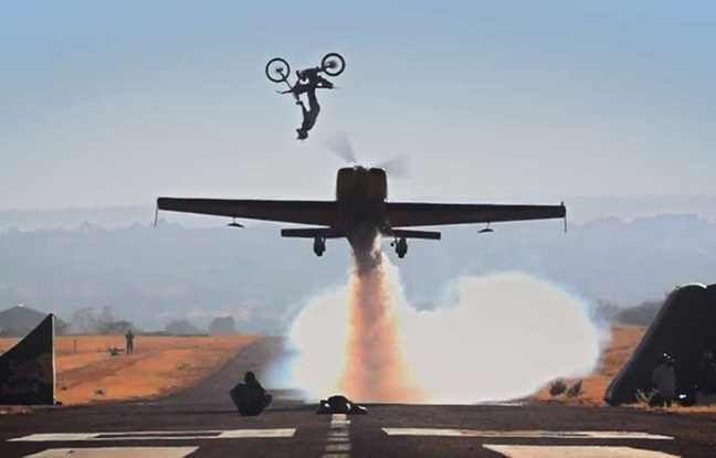 VIDEO. Il effectue un saut périlleux arrière au-dessus d'un avion volant à plus de 325km/h