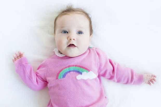 Les bébés repèrent très rapidement les visages