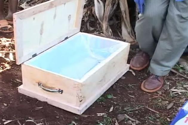 VIDEO: un bébé déclaré mort sourit lors de son enterrement