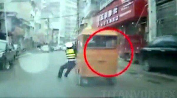 Chine : quand un policier s'agrippe à un tuk-tuk qui refuse de s'arrêter