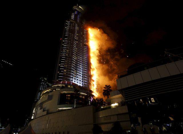 VIDEOS - Dubaï : une tour de 300 mètres ravagée par un immense incendie