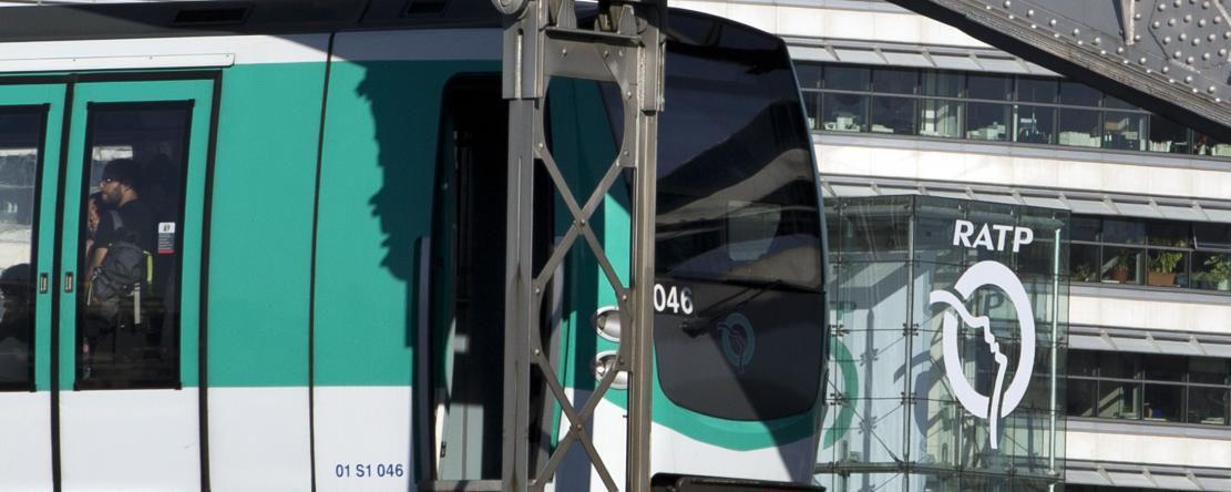 Paris: un pousseur tente de tuer une femme dans le métro, le drame évité