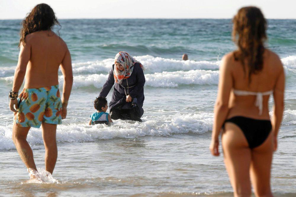 Une femme portant un burkini sur la plage de Tel-Aviv en Israël. En milieu de semaine, le premier ministre Manuel Valls a apporté son soutien aux maires, majoritairement de droite, qui ont pris des arrêtés d'interdiction.