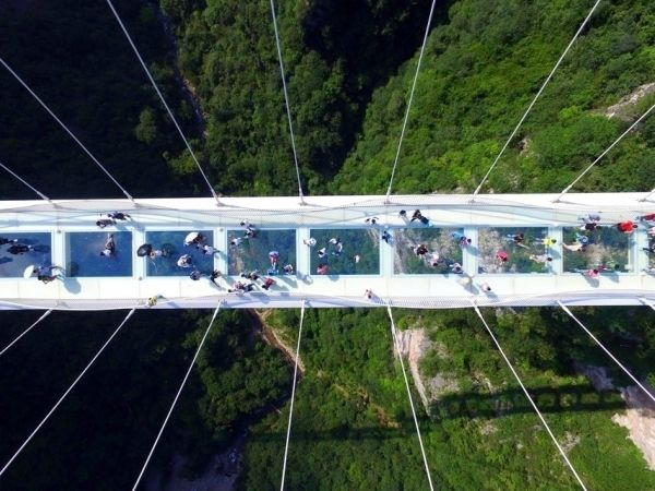Le pont en verre fermé, victime de son succès