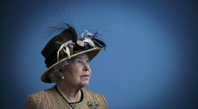 Elizabeth II : les petits signes secrets de la reine décodés